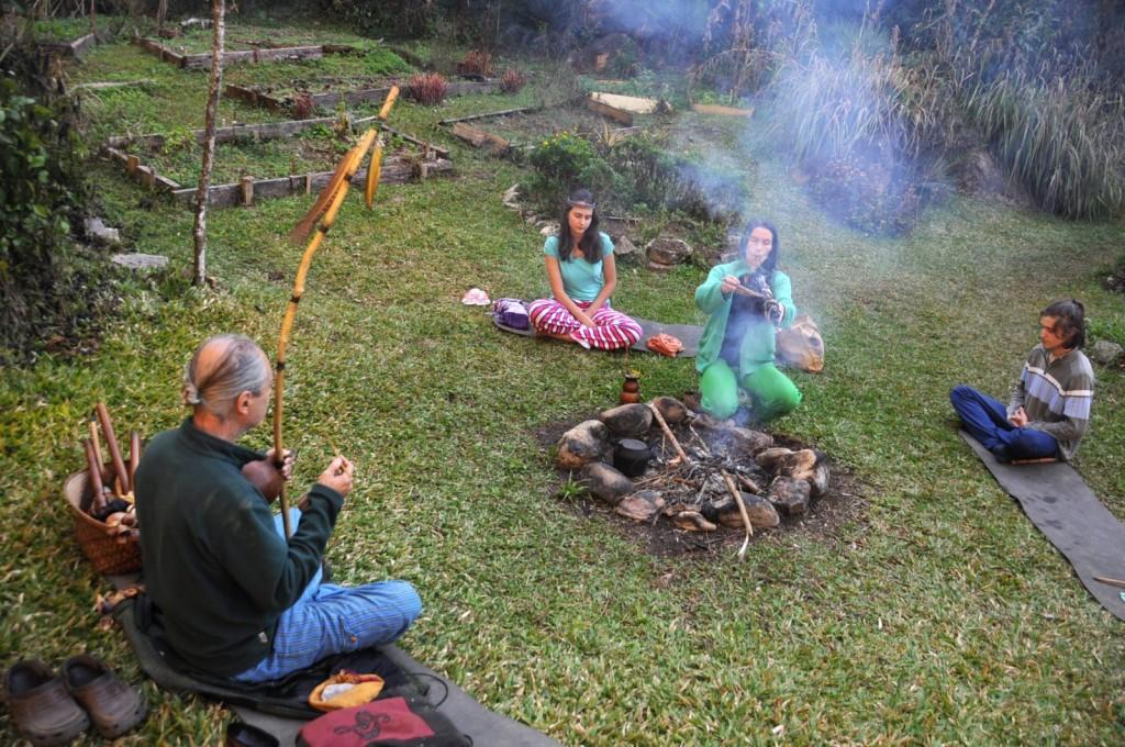 A família realiza seus aty, cerimônias espirituais, cotidianamente.