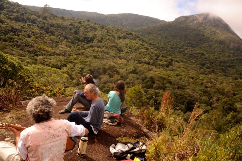 Itaoca, local histórico dos indígenas da região; atrás, o Anhangava. Awaju, seus filhos Tupanju e Yvoty e Plá, que fez uma visita à família do paje.