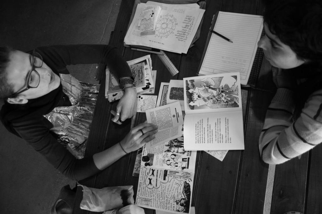 As fanzines, que surgiram da vontada dos fãs das histórias em quadrinhos de discuti-las por meio de publicações próprias na década de 30, transformaram-se em zines na década de 60, ganhando caráter político e independente