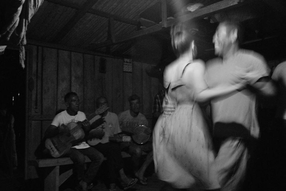 Mestres Leonildo e Nilo tocando, e o povo animado dançando. Dá-lhe cataia! Imagem: Yasmin Souza.