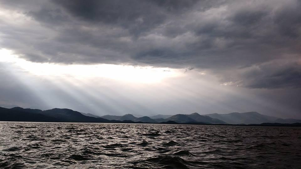 Feixes de luz atravessando as nuvens: por entre as tempestades. Imagem: Rafael Buratto.