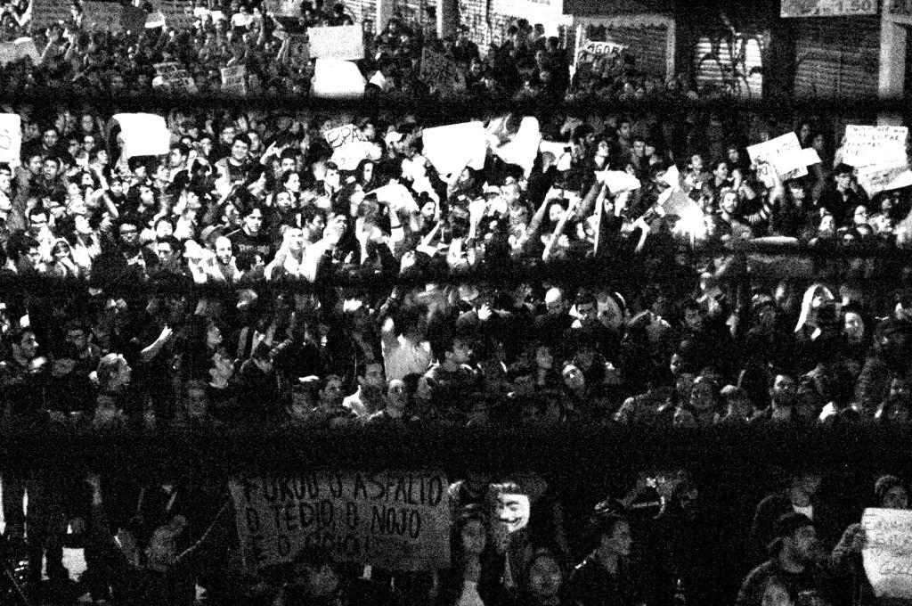 Drummond em cartaz na manifestação de 17 de junho de 2013. Foto minha.