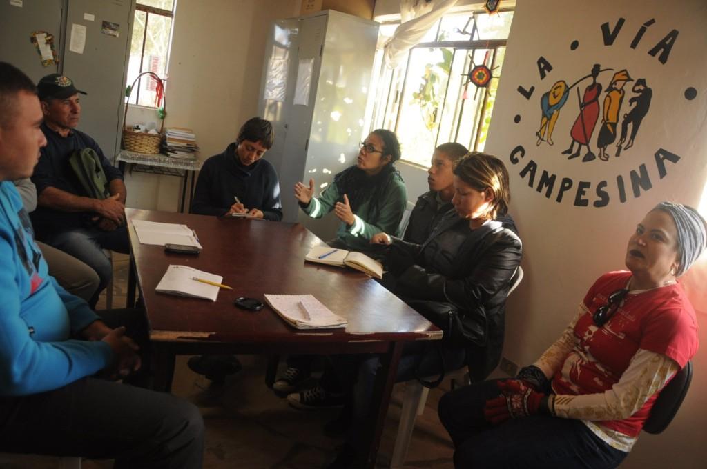Conversa entre os coordenadores do assentamento Simone Rezende e Antônio Capitani com a comitiva da Venezuela, Lyrca e eu.