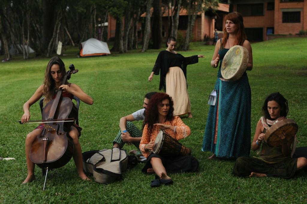 Danza Medicina e a improvisada orquestra de música transcendental.