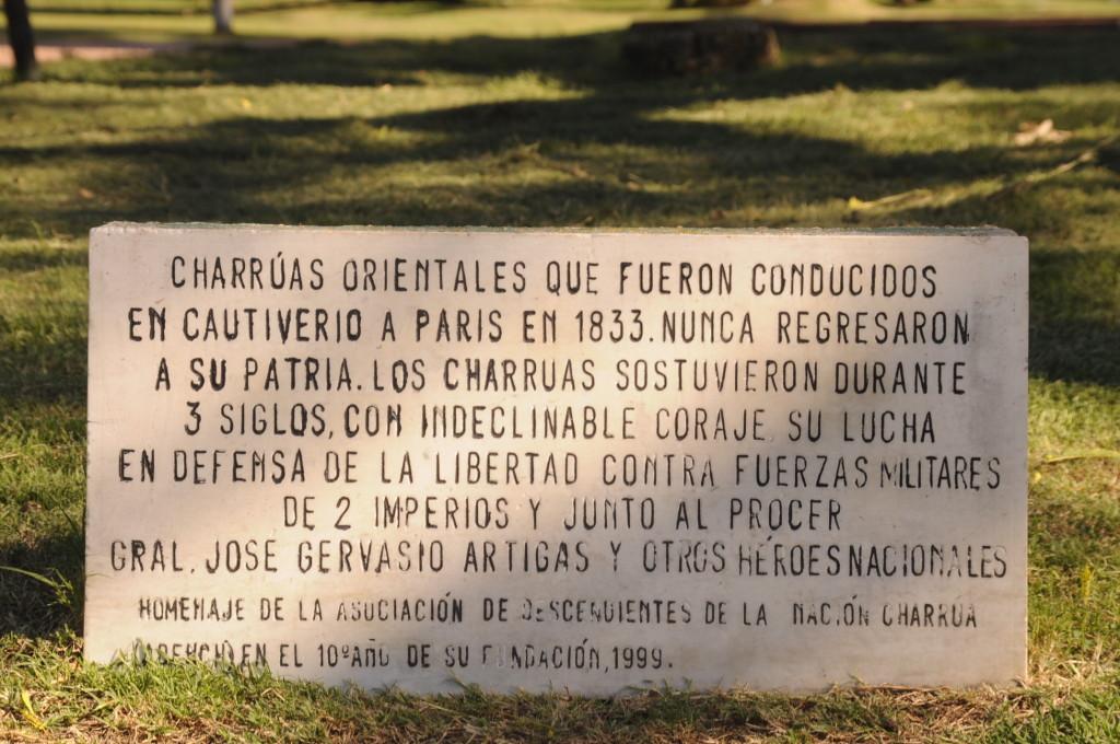 """A versão oficial da história: a placa que acompanha as estátuas no monumento em Montevideo exalta """"os heróis que lutaram pela pátria"""", mas omite que essa própria pátria exterminou a Nação Charrúa."""
