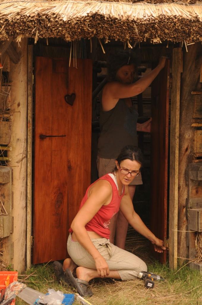 Ita colocando a porta que ela mesma fez para a opy'i, que foi inaugurada com sua permanência.