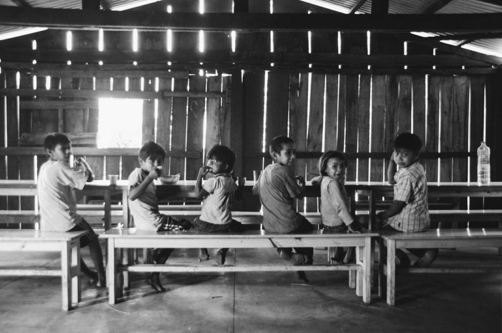 Crianças, nossas mais assíduas visitantes na cozinha da escola.