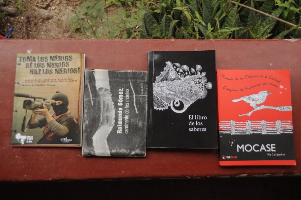 Três livros que comprei e um livreto que ganhei no Encontro de Escritores e Editoras. Difícil foi escolher - e difícil mesmo vai ser carregar na mochila.